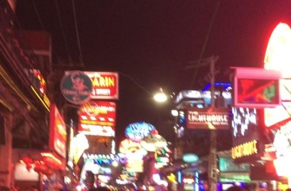 夜のタイの街